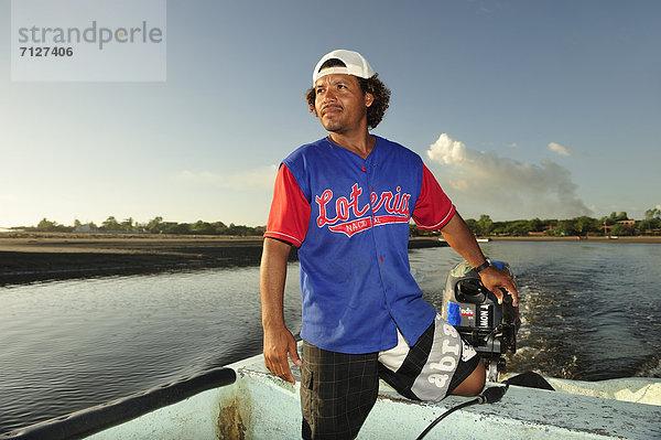 Mündung, Gewässer ,Naturschutzgebiet ,Mann ,Schutz ,fahren ,Boot ,Mittelamerika ,Baseballmütze ,Kapitän ,Leon ,Mangrove ,Nicaragua