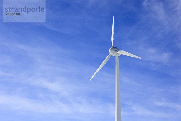 Erneuerbare Energie,Alternative Energie,Alternativenergie,Windturbine,Windrad,Windräder,blauer Himmel,wolkenloser Himmel,wolkenlos,Europa,Energie,energiegeladen,Himmel,Umwelt,Wind,Natur,blau,Windenergie,Umweltschutz,Andermatt,Elektrizität,Strom,Stärke,Schweiz,rad