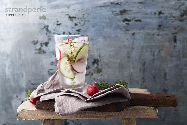 Wasser mit Thymian, Gurke und Radieschen, eisgekühlt