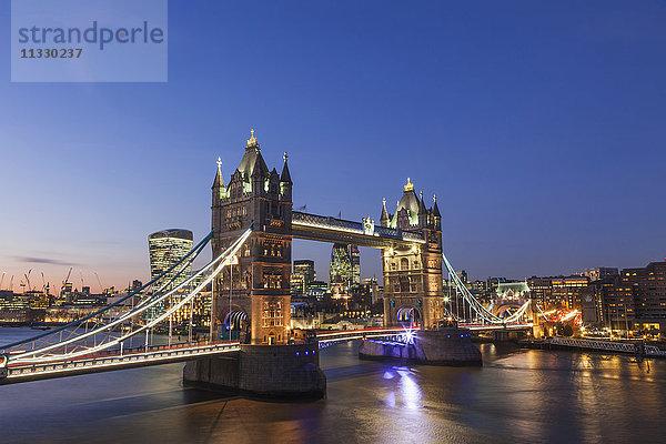 Abend,Bauwerk,beleuchtet,Brücke,City of London,England