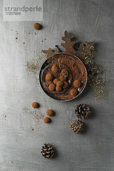 Draufsicht auf selbstgemachte Marzipan-Bonbons
