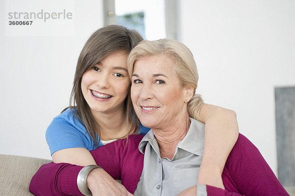 Porträt einer Frau, die mit ihrer Enkelin lächelt