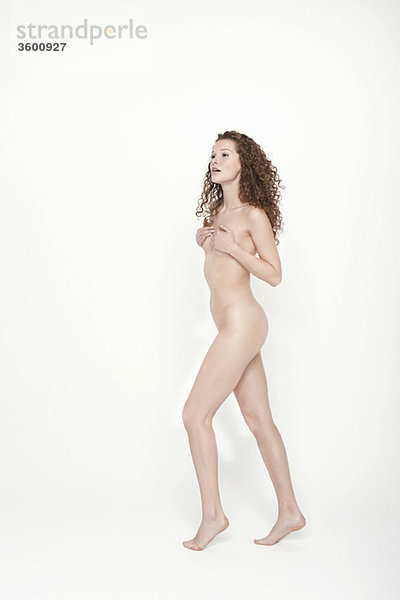 Nackte Frau bedeckt ihre Brüste