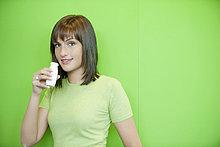 Porträt einer Frau, die probiotisches Getränk trinkt