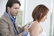Arzt bei der Untersuchung eines Patienten mit einem Stethoskop