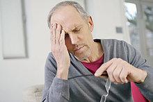 Nahaufnahme eines Mannes mit Kopfschmerzen