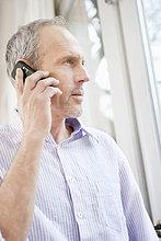Mann im Gespräch auf dem Handy