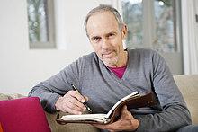 Mann schriftlich in einem persönlichen Organizer