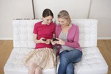 Frau mit ihrer Tochter SMS auf dem Handy