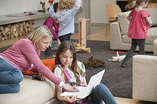 Frau hilft ihrer Tochter bei der Benutzung eines Laptops
