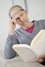 Ein Mann, der ein Buch hält und nachdenkt.