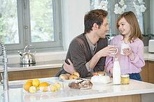 Mann trinkt Kaffee mit seiner Tochter