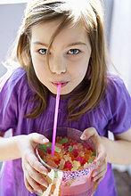 Porträt eines Mädchens mit einer Schachtel voller Gummibonbons