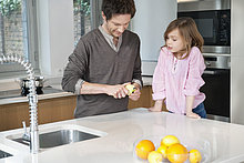 Mann beim Frühstücken mit seiner Tochter im Stehen