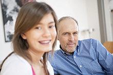 Mädchen lächelt mit ihrem Großvater