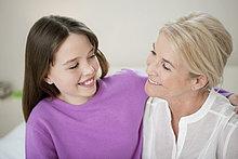 Frau lächelt mit ihrer Enkelin