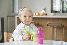 Junge am Esstisch sitzend