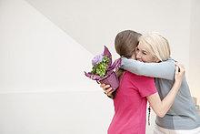 Frau umarmt ihre Enkelin