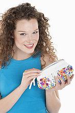 Porträt einer Frau mit Geldbörse