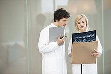 Ärztin bei der Röntgenuntersuchung mit ihrer Kollegin