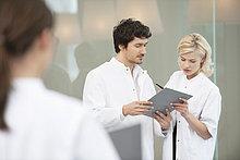 Ärzte besprechen einen medizinischen Bericht