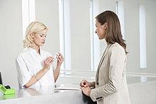 Krankenschwester bei der Untersuchung einer Pillenflasche