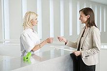 Frau beim Bezahlen mit Kreditkarte im Krankenhaus