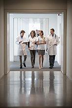Vier Ärzte auf dem Gang eines Krankenhauses