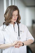 Ärztin bei der Zeitkontrolle