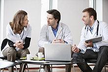 Drei Ärzte im Gespräch