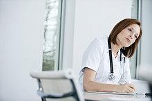 Ärztin, die in einer Praxis arbeitet