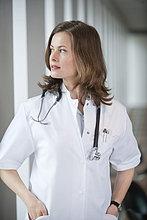 Ärztin schaut aus dem Fenster.