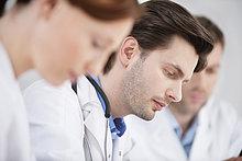 Drei Ärzte in einer Praxis