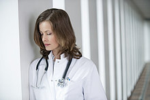 Die Ärztin sieht verärgert aus.