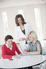 Finanzberater im Gespräch mit einem Paar