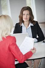 Zwei Geschäftsfrauen diskutieren miteinander