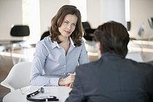 Frau im Gespräch mit einem Mann