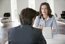 Geschäftsfrau im Gespräch mit einem Berater
