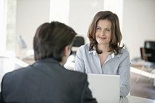 Geschäftsfrau im Gespräch mit einem Geschäftsmann