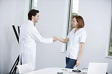 Zwei Ärzte beim Händeschütteln