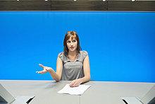 Geschäftsfrau beim Papierkram im Konferenzraum