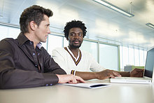 Geschäftsleute bei der Arbeit am Laptop im Büro