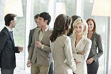 Führungskräfte diskutieren sich gegenseitig