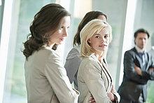 Porträt einer Geschäftsfrau, die mit ihrem Kollegen steht