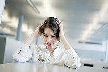 Geschäftsfrau schaut auf eine Kristallkugel und lächelt