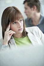 Nahaufnahme einer Geschäftsfrau beim Denken