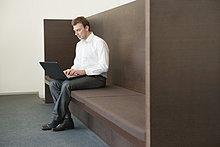 Geschäftsmann bei der Arbeit am Laptop im Büro