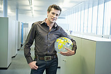 Porträt eines Geschäftsmannes mit Globus und Lächeln
