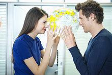 Geschäftspaar-Romantik im Büro