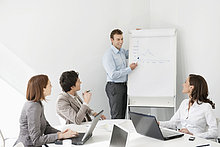 Geschäftsmann bei der Präsentation in einer Besprechung
